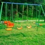 Playground infantil com dois balanços individuais e um duplo Vai e Vem Brink