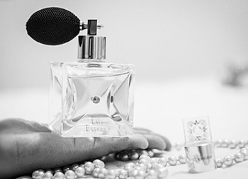 Fabricação de perfumes finos com receitas e fórmulas clássicas do século passado